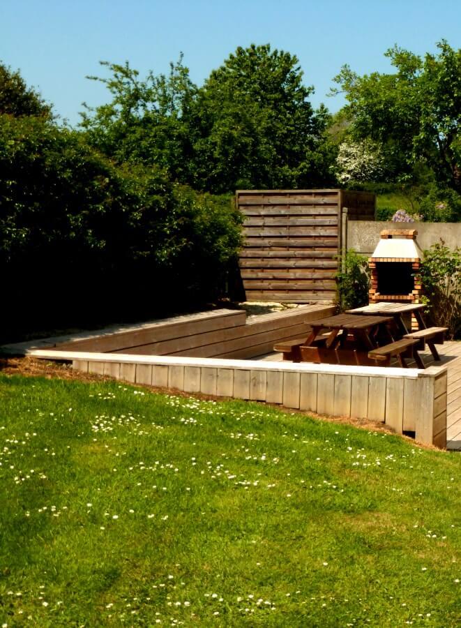 La terrasse équipée d'un barbecue