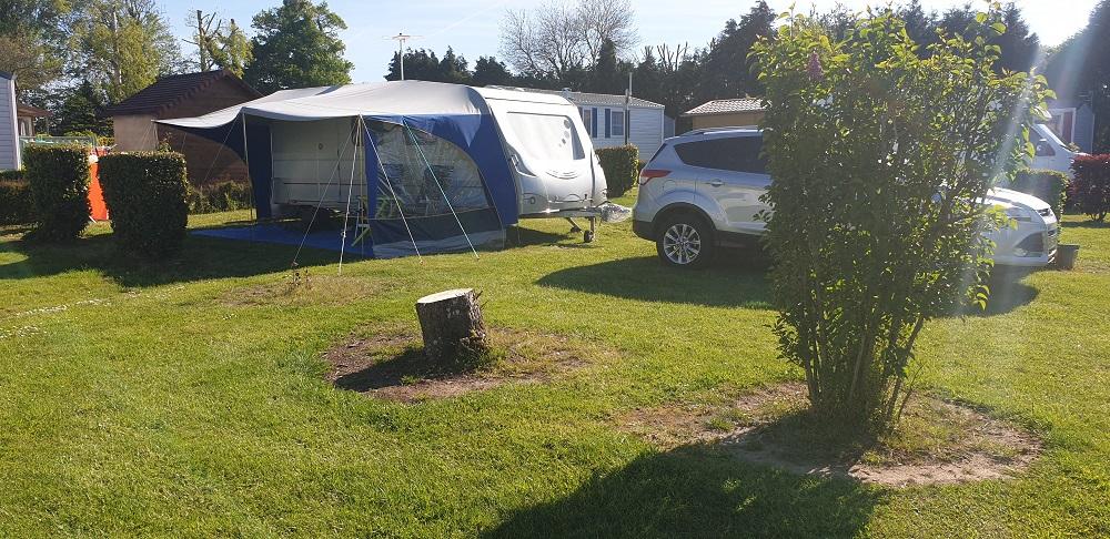 Des campeurs en caravane